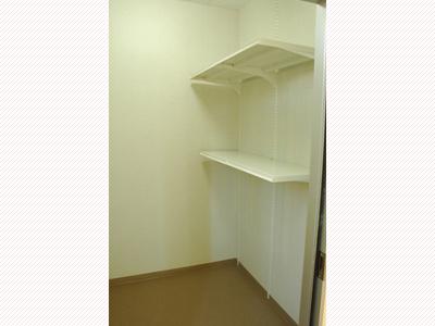 トランクルームには収納ラック完備